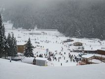 Sneeuwval bij de skitoevlucht r stock foto's
