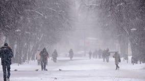Sneeuwval in de stad, mensen die op sneeuwweg lopen Blizzard, sneeuwstorm stock videobeelden