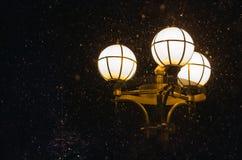 Sneeuwval en nachtlantaarn royalty-vrije stock afbeeldingen