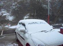 Sneeuwval op Auto met Witte Sneeuwvlokken in Lucht - Actieve Zware Sneeuwval tijdens de Winter - Koudegolf royalty-vrije stock afbeelding