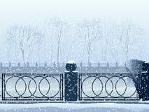 Sneeuwval in park met rivierkanaal en brug. Royalty-vrije Stock Foto