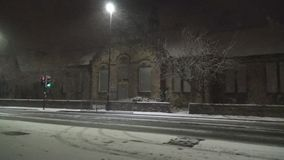 Sneeuwval in stad stock video