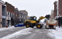 Sneeuwverwijdering in kleine van het Midwesten stad Stock Afbeeldingen