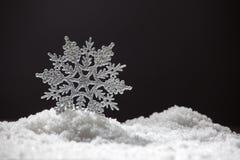 Sneeuwvlok op sneeuw royalty-vrije stock afbeelding