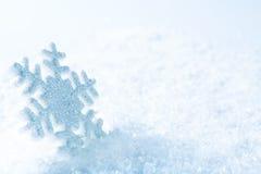 Sneeuwvlok op Sneeuw, de Blauwe Vlok van de Fonkelingensneeuw, de Winter Stock Foto