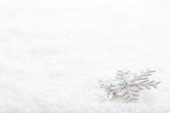 Sneeuwvlok op sneeuwachtergrond stock foto