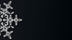 Sneeuwvlok van de Kerstmis de Glanzende zilveren textuur op de donkere achtergrond Van een lus voorzien grafische motie stock video