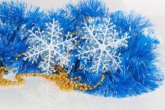 Sneeuwvlokken op blauwe slinger Stock Afbeeldingen