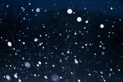 Sneeuwvlokken op donkere hemel Stock Afbeeldingen