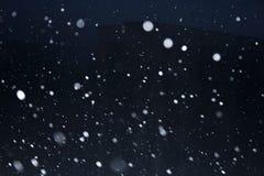Sneeuwvlokken op donkere hemel Stock Foto's