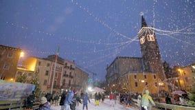 Sneeuwvlokken op Duomo van Bussolengo bij Kerstmis 2017 stock footage