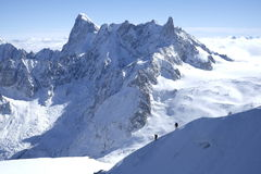 Sneeuwwandelaars onder Aiguille du Midi Royalty-vrije Stock Fotografie