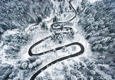 Sneeuwweg in de bos Extreme het winden weghoogte omhoog in mo Stock Fotografie