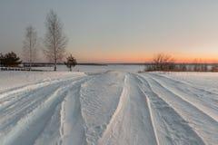 Sneeuwweg in de winterdorp bij dageraad Royalty-vrije Stock Foto's