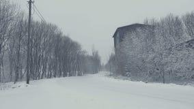 Sneeuwweg met slepen De winterlandschap, dalende die sneeuw, met vers poeder wordt behandeld stock footage
