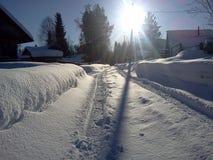 Sneeuwwegspoor in dorp in de voorsteden Royalty-vrije Stock Fotografie