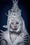 Sneeuwwit. Mooi model met lang wit haar en uitstekende cor Royalty-vrije Stock Foto's