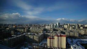 Sneeuwwolken over de stad met dalende sneeuw stock footage