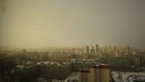 Sneeuwwolken over de stad met dalende sneeuw stock video