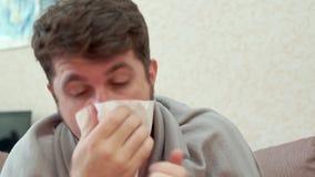 Sneezes και οι βήχες ατόμων Έχει ένα κρύο, πονοκέφαλος, πυρετός, ψύχρες απόθεμα βίντεο
