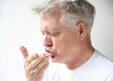 Sneezes do homem Foto de Stock