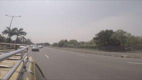 Snel berijdende cabine op de Straten van Buitenmumbai [Stabilisatie; Vlak Profiel] stock video