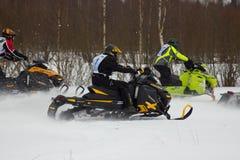 Snel bewegende ruiters op sneeuwscooter stock foto