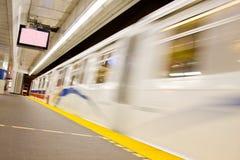 Snel bewegende trein bij platform Stock Foto