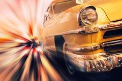 Snel bewegende uitstekende auto royalty-vrije stock afbeelding