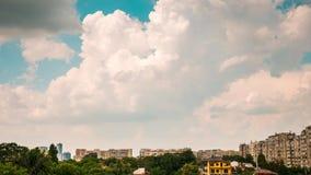 Snel bewegende wolken meer dan een woonwijk stock footage