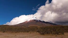 Snel Bewegende Wolken over de Cotopaxi-Vulkaan stock videobeelden
