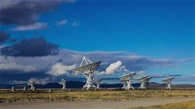 Snel bewegende wolken over het zeer Grote Serie Radiowaarnemingscentrum stock footage