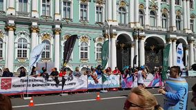 Snel eindig van één van de atleten tijdens de marathon van St. Petersburg Afstand bij de muren van de Kluis stock video