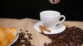 Snel Gietende Koffie in Kop stock videobeelden