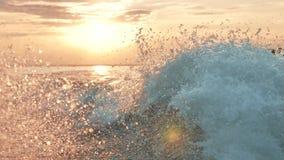 Snel het kielzogschuim van de jachtboot van steunwas bij zonsondergang op rivier stock footage