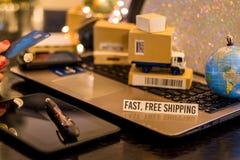 Snel, het vrije verschepen - van de bedrijfs stillevenlogistiek concept met laptop, telefoon, mini verschepende kartons stock foto