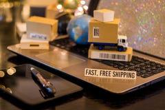 Snel, het vrije verschepen - van de bedrijfs stillevenlogistiek concept met laptop, telefoon, mini verschepende kartons royalty-vrije stock fotografie