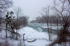 Snel ijzig water bij de Dalingen van de winterniagara stock afbeelding
