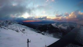 Snel lopende wolken over Lage Tatras met magische zonsondergang Chopokberg 2024 meters stock videobeelden