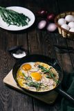 Snel middagmaal, geroosterde eieren met bacon stock afbeeldingen