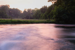 Snel stromende rivier in de avond Stock Afbeelding