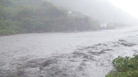 Snel stromende rivier tijdens tyfoon langzame motie stock videobeelden