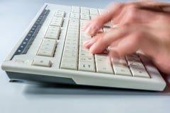 Snel typend op het toetsenbord van een computer stock foto