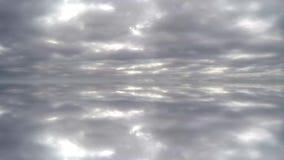Snel vliegende wolken Weerspiegelde wolken stock video
