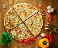 Snel voedsel, heerlijke hete Italiaanse pizza met groenten Stock Foto's