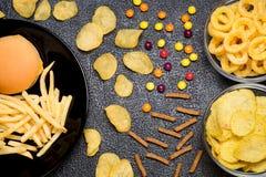 Snel voedsel: hoogste mening van hamburger, frieten, spaanders, ringen en ca Stock Foto's
