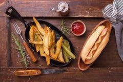 Snel voedsel, hotdog met gele mosterd en frieten Hoogste mening Royalty-vrije Stock Afbeelding