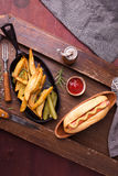 Snel voedsel, hotdog met gele mosterd en frieten Hoogste mening Royalty-vrije Stock Foto