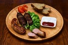 Snel voedsel Oostelijk voedsel Schotels van oosterse keuken die aan boord liggen die en met groenten en sausen wordt verfraaid Vo stock foto's