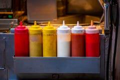 Snel voedsel op het concept van straat sause flessen stock foto's